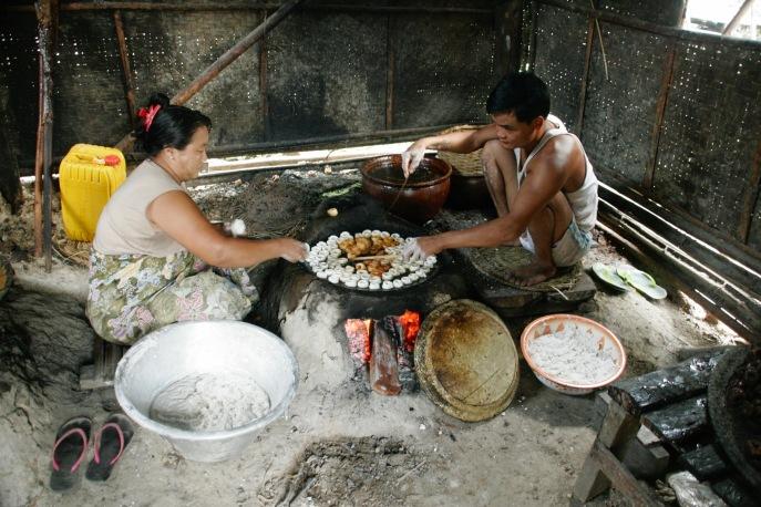 Traditionelle Herstellung von Süßigkeiten in Kaung Daing