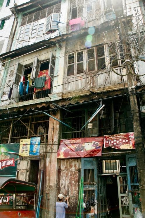 Typische graue Häuser im Stadtzentrum Yangons