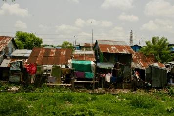 Typische Hütten am Rande Yangons