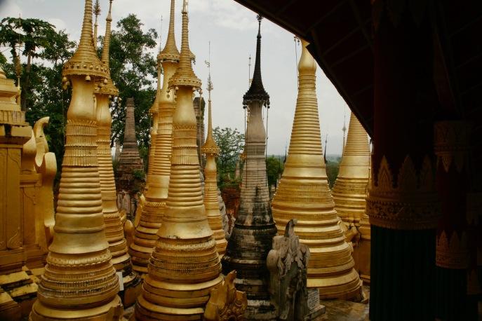 Unzählige Stupas in Indein beim Inle See