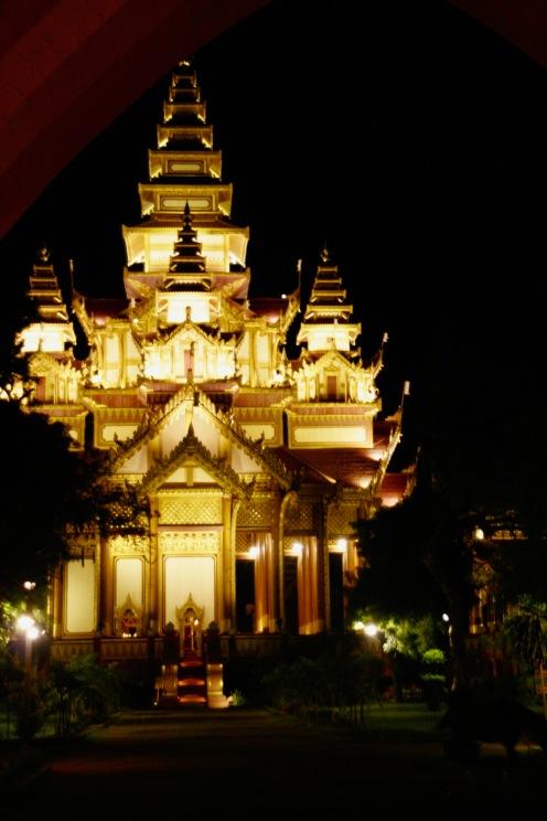 Wunderschön leuchtender Goldener Palast in Old Bagan