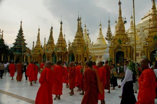 Zeremonie der Mönche beginnt in der Shwedagon Pagode