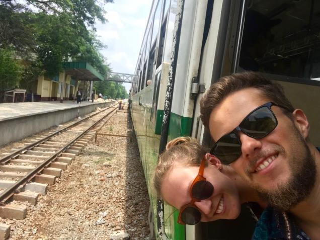 Zugfahrt durch die Vororte Yangons