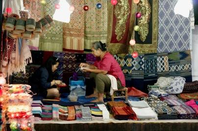 Zwei Verkäuferinnen in Luang Prabang