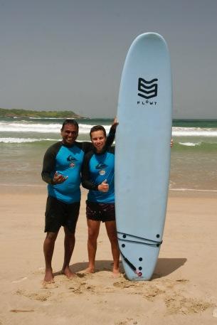 Alex gemeinsam mit seinem Surflehrer Nishanta