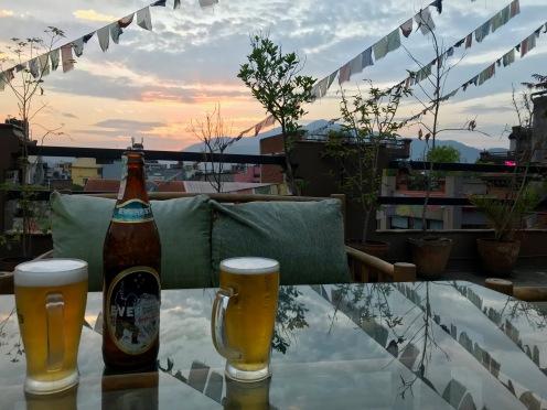 Am letzten Abend probieren wir endlich nepalesisches Bier