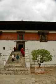 Auf den Stufen hinauf zum Paro Dzong