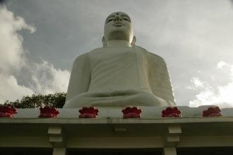 Bahirawakanada Buddha auf einem der Hügel mitten in Kandy