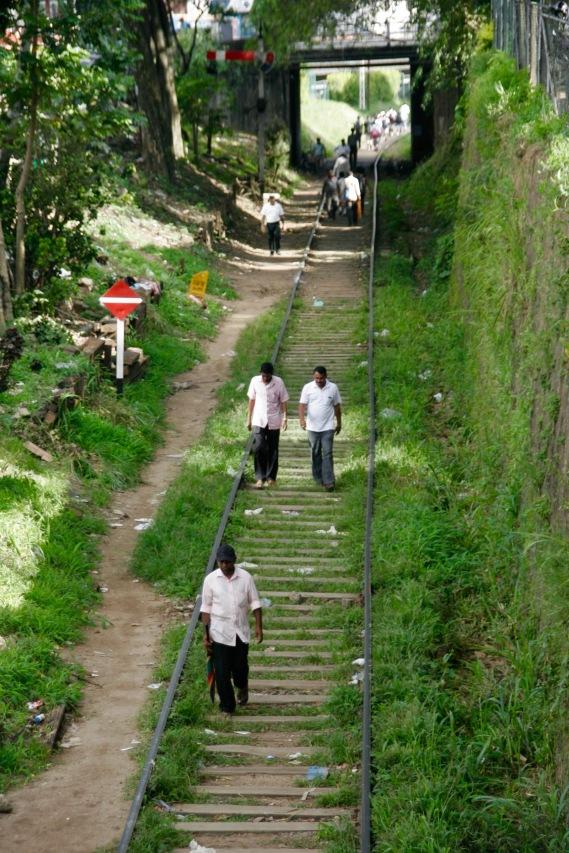 Bahngleise sind in Sri Lanka Gehwege