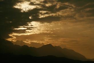 Bergketten in weiter Ferne beim Sonnenaufgang