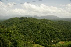 Berglandschaft in der Ferne - Strecke Colombo nach Kandy