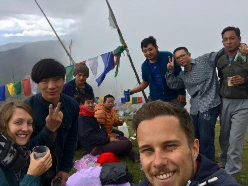 Bhutanesen laden uns auf dem Chele La Pass auf einen Buttertee ein