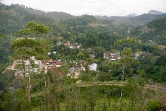 Blick vom Berg auf die Bahnschleife in Demodara