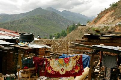 Blick vom Paro Dzong über Häuschen und Berge