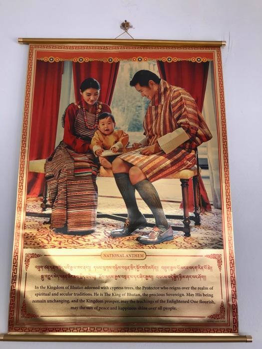 Überall hängen Bilder der bhutanesischen Königsfamilie
