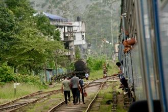 Der Zug fährt langsam im Bahnhof ein