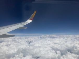 Die Bergspitzen des Himalayas blitzen über den Wolken hervor