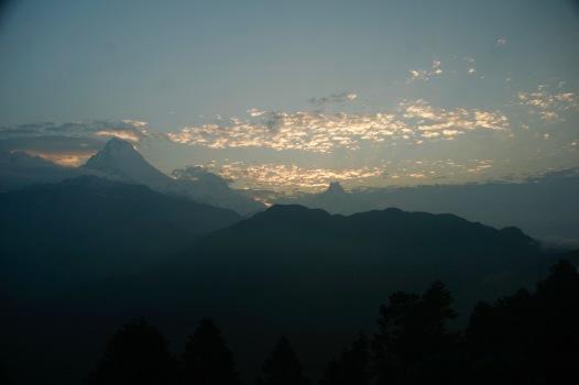 Die Sonne kämpft sich 5.15 Uhr durch die Wolken