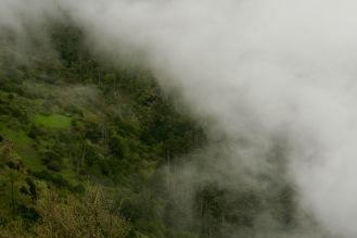 Die Wolken schieben sich über den Chele La Pass