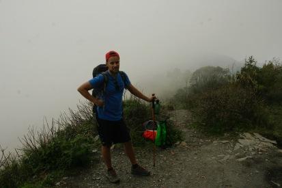 Die Wolken ziehen unter und über uns den Bergkamm entlang
