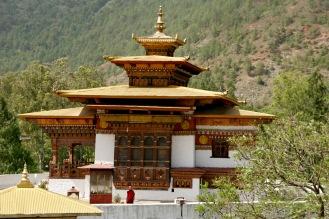 Ein Mönch blickt über das Geschehen im Punakha Dzong