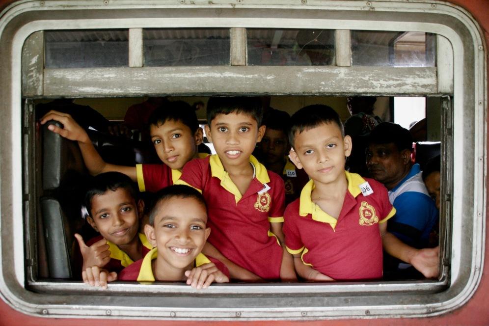 Eine Schulklasse wartet auf die Abfahrt des Zuges