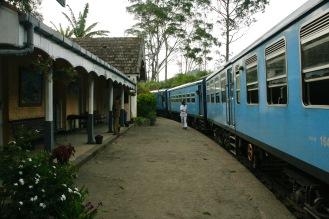 Einfahrt in den kleinen Bahnhof von Demodara