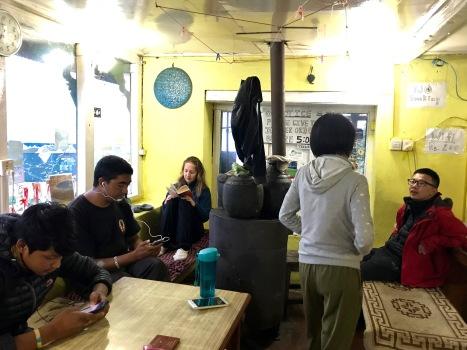 Eisiger Abend in Tadapani - wir rutschen so nah wie möglich an den Ofen