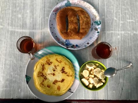 Frühstück - Haferbrei mit Obst, tibetanisches Brot und Pancake