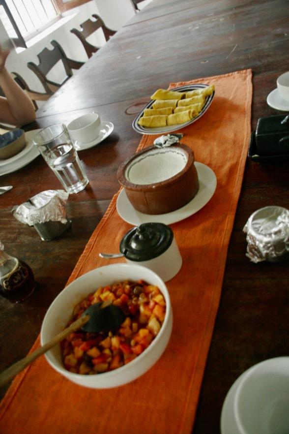 Frühstück mit Obstsalat, Curd und Kokospfannkuchen