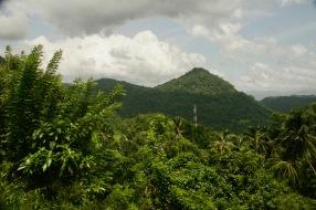 Grüne Berglandschaft auf der Bahnstrecke zwischen Colombo und Kandy