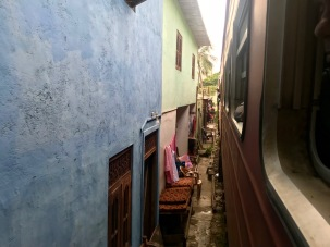 Häuser in Colombo direkt an den Bahngleisen