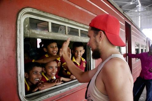 High Five mit den Jungs im Zug