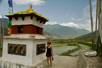 Jasmin dreht Gebetsrollen beim Chimi Lhakhang
