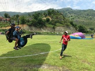 Jasmin landet wieder sicher nach dem Paragliden