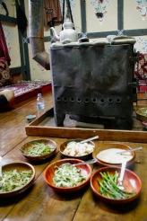Leckeres bhutanesisches Essen direkt am Ofen in einem Farmhaus