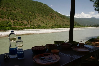 Leckeres Mittagessen am Mo Chu in Punakha