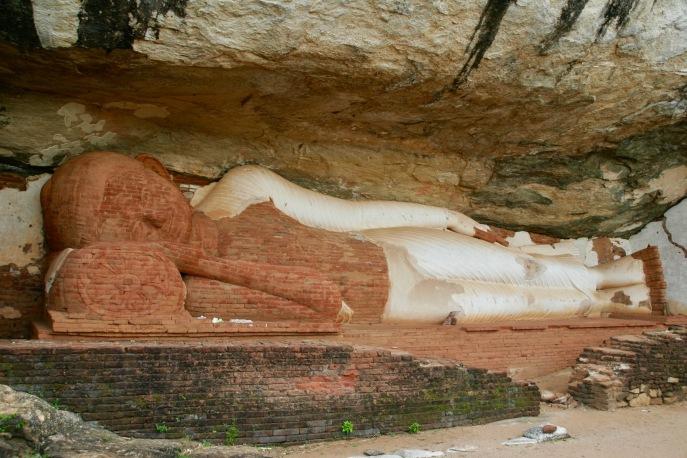 Liegender Buddha in den Pidurangala Felsen gehauen