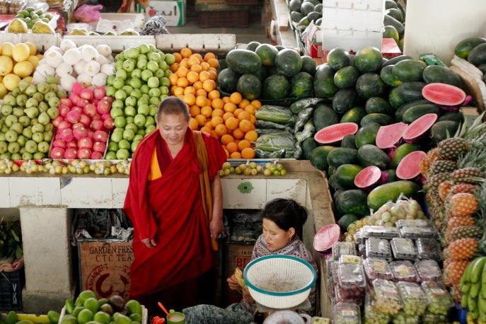 Mönch beim Obststand beim Centenary Farmers Market in Thimphu