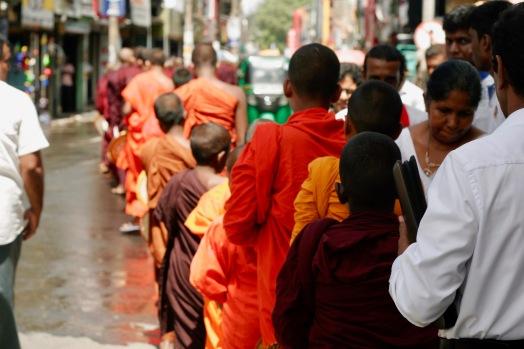 Mönche bei einer Zeremonie in Galle