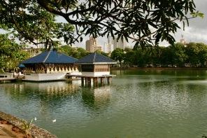 Mitten im See - der Seema Malaka Tempel