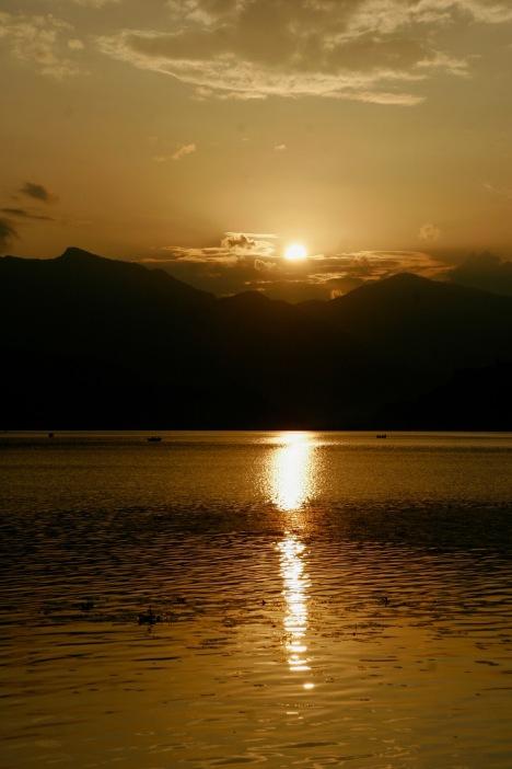 Nicht nur wegen des spektakulären Sonnenuntergangs haben wir uns in Pokhara verliebt