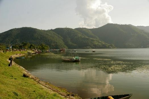 Phewa See mit der Friedenspagode im Hintergrund