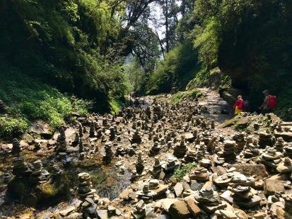 Richtung Ghorepani haben Wanderer unzählige Türmchen aus Steinen gebaut