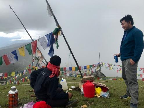 Schon am Vormittag gönnt sich ein Bhutanese ein Bier