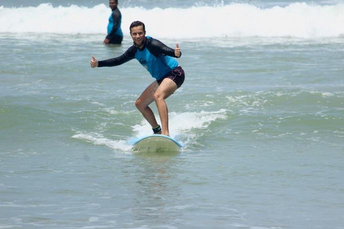 Schon ein richtiger Profi im Wellenreiten