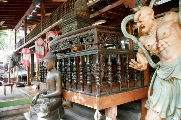 Seltsames Sammelsurium an Opfergaben im Gangaramaya Tempel