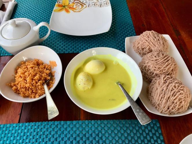 Singhalesisches Frühstück mit String Hoppers, Pol Sambol und Curry