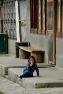 Spaziergang durch das winzige Haa Dörfchen - kleines Mädchen beobachtet uns