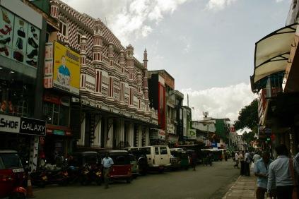 Straßen Kandys - hier treffen alle Religionen aufeinander